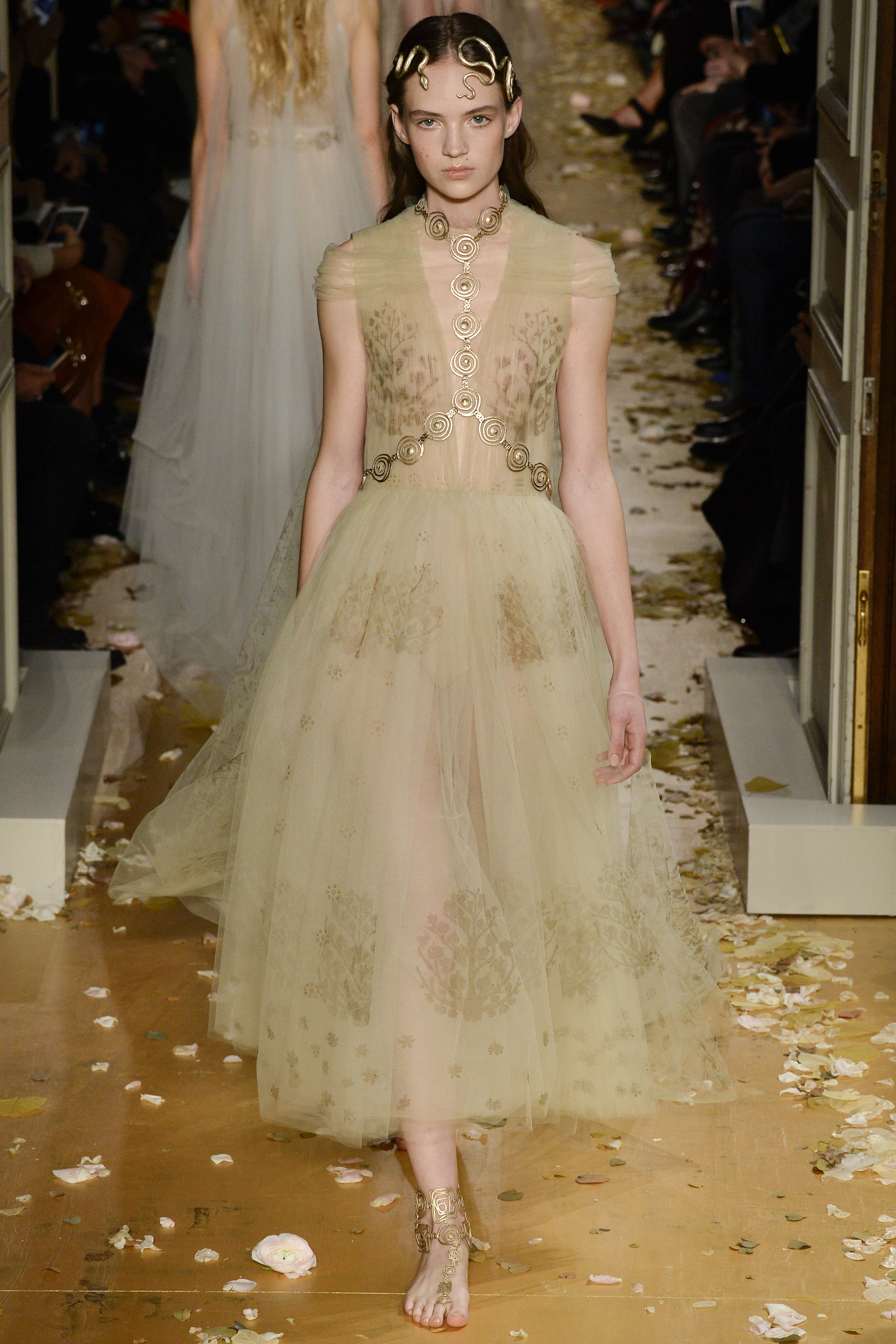Valentino 39 s lyrical spring summer 2016 haute couture for Women s haute couture clothing