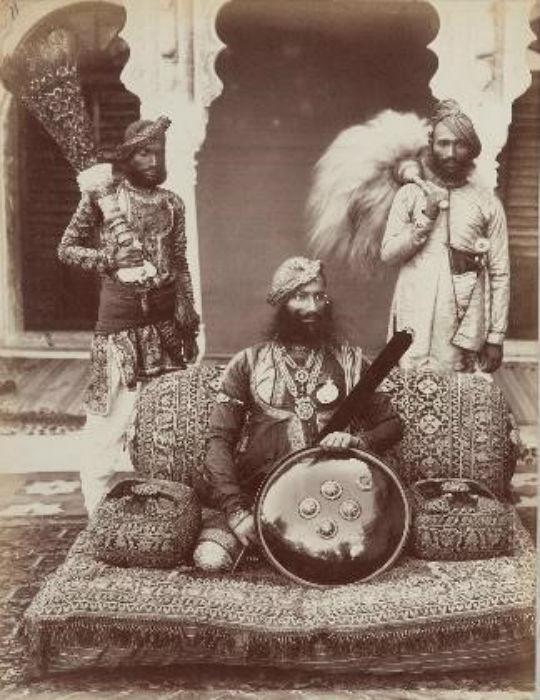 Lala Deen Dayal (1844 – 1905). Portrait of Sir Pratab Singh, Maharajah of Orchla with his entourage, India, 1882. Paris, Musée National des Arts Asiatiques – Guimet. CREDIT: MNAAG, Paris, Dist. RMN – Grand Palais / image Musée Guimet